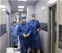 ببدلة العزل| رئيس هيئة الرعاية الصحية يطمئن على مرضى كورونا بمبرة بورسعيد