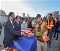 محافظ الإسكندرية يوزع وجبات الإفطار على العاملين في تطوير ميدان محطة مصر