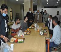 رئيس جامعة حلوان يشارك الطلاب إفطار رمضان