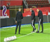 موسيماني يتفقد أرضية الملعب قبل مواجهة الأهلي وسموحة