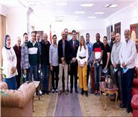 حسين زين يلتقي فريق عمل برنامج «بيت للكل»
