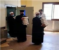 إيد واحدة.. رجل دين مسيحي يوزع وجبات الإفطار على أشقائه المسلمين بدمياط