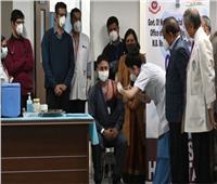 شاهد| الهند تستمر بتلقيح مواطنيها لمواجهة تسونامي كورونا