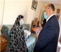 محافظ القاهرة يوزع مواد غذائية على الأسر الأكثر احتياجاً والمرأة المعيلة