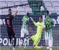 «بنزيما وأسينسيو» يقودان ريال مدريد أمام بيتيس في «الليجا الإسبانية»