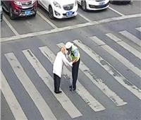 مُسن يعبر طريق .. ورد فعل مُذهل من الشرطي وقائدي السيارات | فيديو