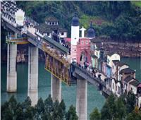 بلدة صغيرة مبنية بالكامل على جسر في الصين | فيديو