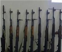 سقوط 28 متهمًا بحوزتهم أسلحة نارية ومخدرات بالفيوم