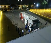 شاهد | حافلة الزمالك تصل ستاد القاهرة استعدادًا لمواجهة «البنك»