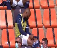 لاعب كرة يدخل في «نوم عميق» أثناء مباراة فريقه | فيديو