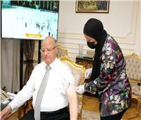 محافظ القاهرة يتلقى لقاح كورونا ويوجه رسالة للمواطنين