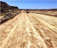 محافظ أسوان يتابع تحويل حركة النقل الثقيل إلى الصحراوي الغربي مباشرة