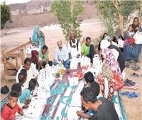 محافظ أسوان يتناول الإفطار على «حصيرة» بقرية «خور أبوسبيرة»
