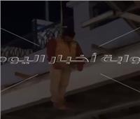 شاهد | لحظة محاولة انتحار شاب من أعلى كوبرى سيدى جابر بـ«الإسكندرية»
