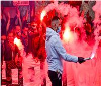 جماهير باريس سان جرمان تستقبل فريقها بالشماريخ قبل موقعة مانشستر سيتي  صور