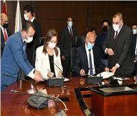 وزيرا النقل والتخطيط يشهدان توقيع مذكرة تفاهم لتوطين صناعة القطارات