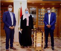 المتعافون من الإدمان يهدون وزيرة التضامن فانوس رمضان من تصميمهم
