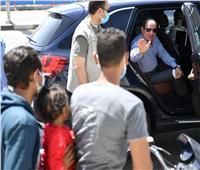الرئيس السيسي يتوقف أثناء جولته بشرق القاهرة للحديث مع أسرة مصرية | فيديو