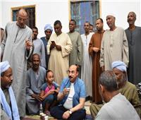 «محافظ أسوان» يشارك أهالى العطوانى إفطار رمضان ويتابع مشروعات «حياة كريمة»