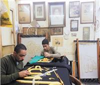 «عائلة القصبجى» يُحيون تُراث الكعبة الشريفة بصناعة أيديهم
