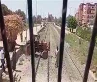 مكافأة من «السكة الحديد» لقائد قطار تفادى الاصطدام بجرار زراعي