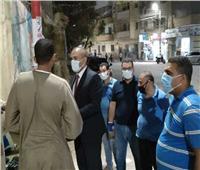 رئيس مدينة المنيا يزور أهالي مصابي كورونا أمام مستشفي الحميات