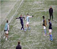 الثلوج تكسي ملعب «الاتحاد» قبل انطلاق مباراة مانشستر سيتي وسان جيرمان