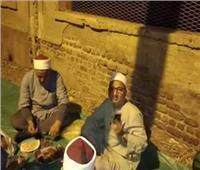 مدير أوقاف المنيا يتناول إفطاره بجوار سور مسجد
