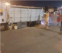 سقوط سيارة نقل داخل بالوعة صرف صحي بالعاشر من رمضان