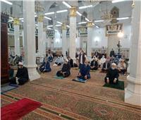 محافظ القاهرة يؤدي صلاة الجمعة الأخيرة من رمضان بالسيدة نفسية