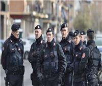 إيطاليا.. العثور على مخبأ أسلحة ضخم في متجر للفاكهة   فيديو