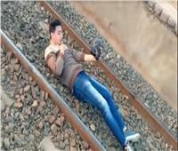 «مش هنسيبه»..«السكة الحديد» تتوعد شاب نام أسفل القطار | فيديو