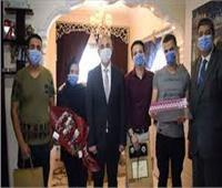 رئيس جامعة الزقازيق يقدم «هدية الرئيس» لـ6 شهداء من الجيش الأبيض