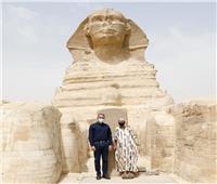 بأول أيام زيارتها.. الأمريكية «جلوريا» تحقق حلمها بزيارة أهرامات الجيزة| صور