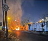 متظاهرون عراقيون يضرمون النار أمام القنصلية الإيرانية في كربلاء