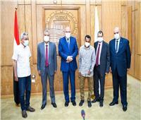 «الداودي» يكرم المدير المالي والإداري بمستشفى حميات قنا