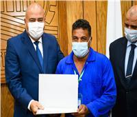 محافظ قنا يكرم 17 عاملا بمسجد القنائي لإخلاصهم في النظافة والتعقيم