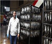 «صناعة الرنجة».. تدخين وتمليح السمكة الهولندية بأيادي مصرية | صور وفيديو