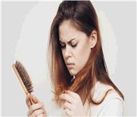 بينها انخفاض الوزن والحمل.. أسباب تساقط الشعر