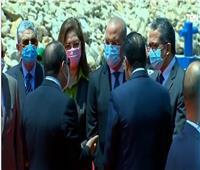 السيسي يجري حوارا جانبيا مع عدد من الوزراء خلال افتتاح مشروعات قناة السويس  فيديو