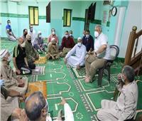 «محافظ الوادي الجديد» يلتقي المواطنين بمسجد عين الدار بـ«الخارجة»