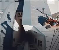 «شارلي شابلين» يظهر فوق عمارات باريس   فيديو
