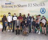 مطار شرم الشيخ يستقبل «محاربة السرطان» الأمريكية جلوريا والكر | صور