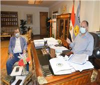 محافظ أسيوط يجتمع مع مسئولي القوى العاملة والبريد للاستعداد لصرف منحة عيد العمال