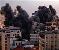 انهيار برج سكني في قطاع غزة بعد قصفه من جانب إسرائيل