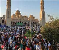 الآلاف يؤدون صلاة عيد الفطر بساحة مسجد الميناء بالغردقة