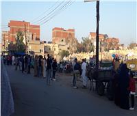 أهالى قرى البحيرة يحتفلون بالعيد وسط المقابر.. صور وفيديو