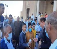 محافظ أسوان يوزع عيديات على الأطفال عقب صلاة عيد الفطر