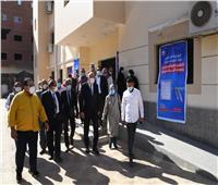 محافظ قنا يتابع سير العمل بمركز تطعيم المواطنين بلقاح كورونا بنجع حمادي