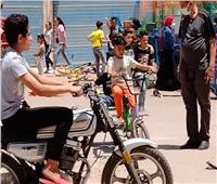 أطفال بولاق الدكرور يحتفلون بالعيد بـ«الدراجات والمراجيح»| صور